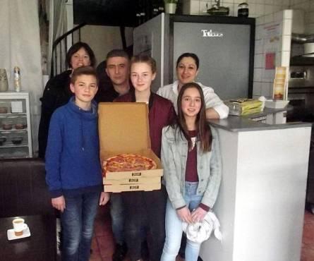 photo de l'echo républicain, le restaurant méditerranée à voves prépare 285 pizzas pour le collège gaston couté des villages vovéens